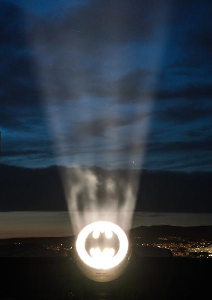 Le Bat Sign signé Alex Israel sur le toit de la Cité Radieuse à Marseille
